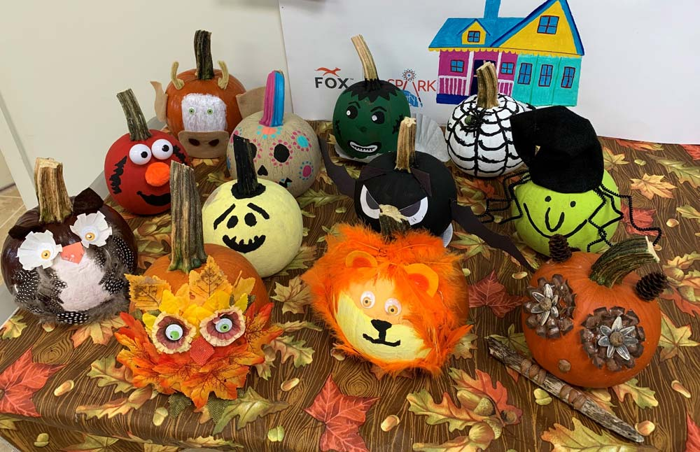 table-with-halloween-pumpkins
